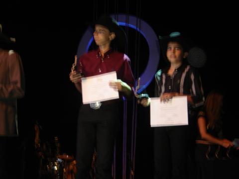 Luis Gustavo & Luis Augusto Recebendo o Troféu Rozini Viola Caipira em Belo Horizonte